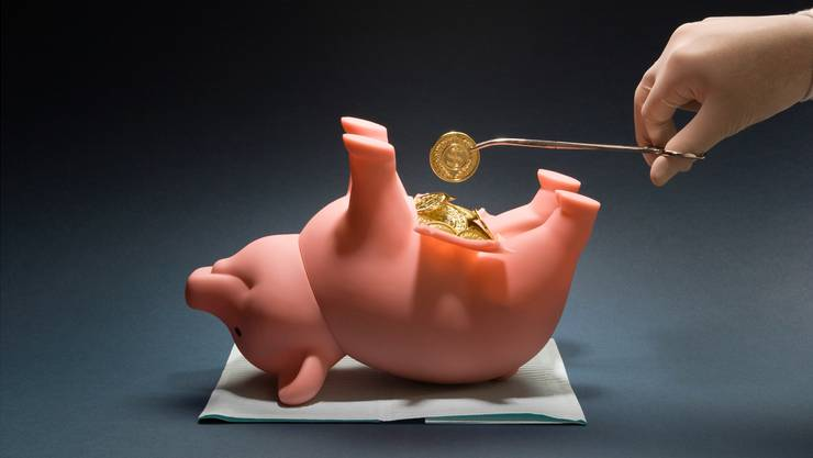 Operation am Sparschwein: Krankenversicherte zahlen mehr für ihre Zusatzversicherungen, weil die Anbieter ungerechtfertigte Rabatte kürzen oder streichen müssen.