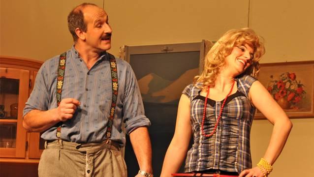 Cathrine Morgenstern (Sarah Bachmann) bringt die Hormone von Lorenz Mosimann (Willy Bolliger) ganz schön durcheinander.
