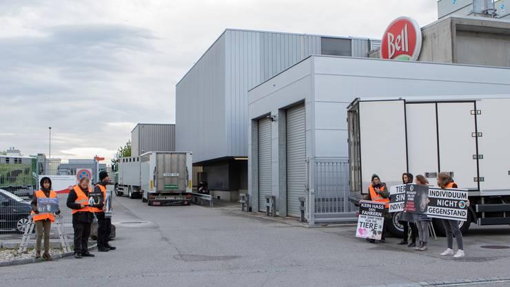 Stiller Protest vor der Zufahrt des Fleischverarbeiters Bell in den frühen Morgenstunden
