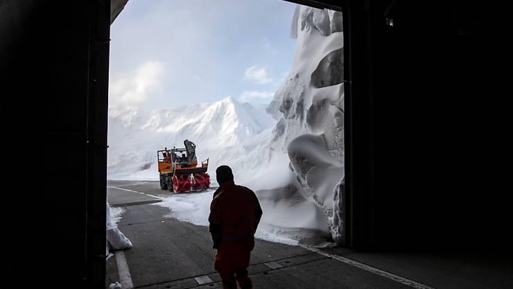 An Auffahrt ist der Gotthard-Pass von Schnee geräumt und wieder befahrbar.