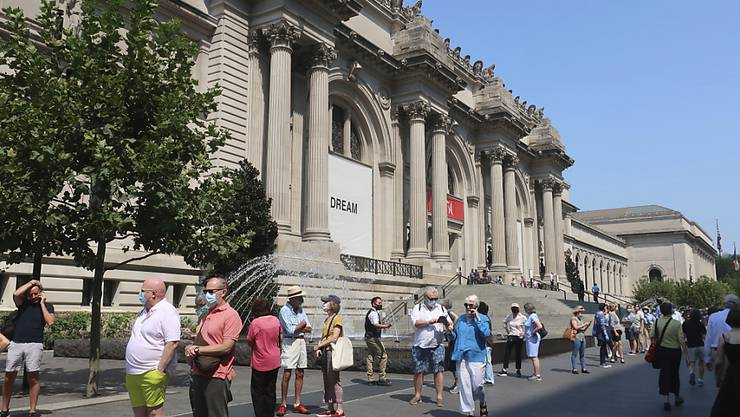 Die Menschen stehen Schlange, um in das Metropolitan Museum of Art in der Upper East Side von Manhattan zu gelangen. Foto: Ted Shaffrey/AP/dpa