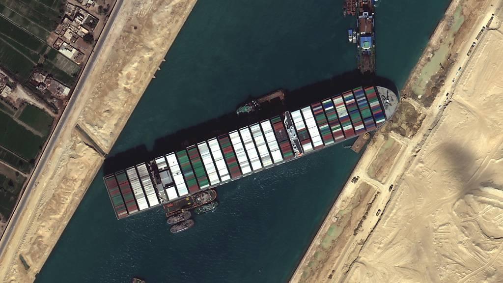 Ägypten zieht nach der tagelangen Blockade des Suez-Kanals durch den havarierten Tanker «Ever Given» im März Konsequenzen: Ein Teil des wichtigen Schifffahrtsweges zwischen Asien und Europa soll ausgebaut werden. (Archivbild)