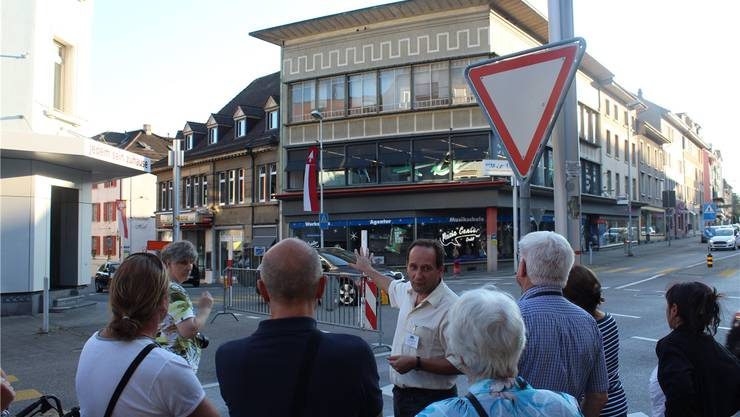 Stadtführer Xavier Fábregas erläutert stilbildende Elemente der 50er-Jahre-Architektur am Beispiel des ehemaligen Warenhauses Meyer & Söhne.