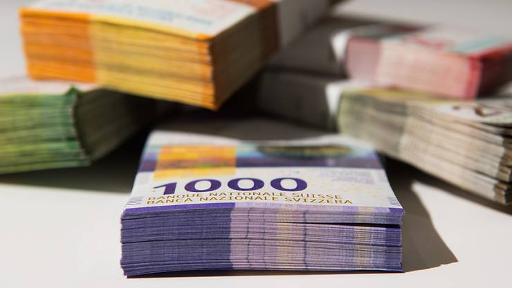 Bei einem Banküberfall in Langnau am Albis hat ein Unbekannter mehrere hunderttausend Franken erbeutet. (Symbolbild)