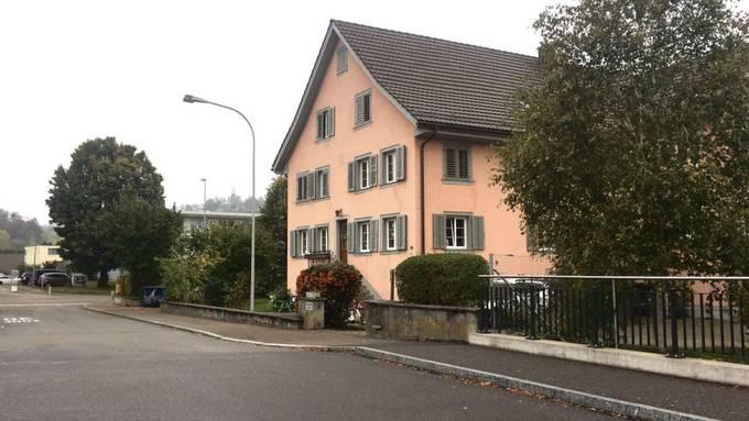 Vor dem Kindergarten am Bach in Birmensdorf soll ein Kiss-and-ride-Feld entstehen.