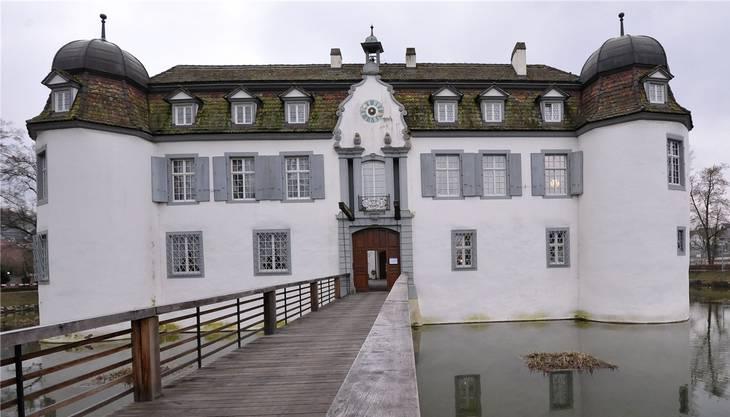 Das Wasserschloss in Bottmingen stammt aus dem 13. Jahrhundert. Darin befindet sich ein Restaurant, welches nicht unbedingt den Otto-Normalbürger anspricht. Doch auch der grosszügige Park rund ums Schloss ist einen Besuch wert.