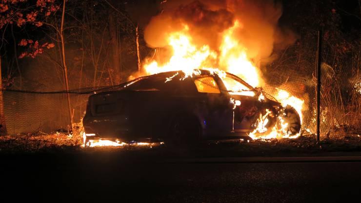 Am Sonntag, kurz nach 03.15 Uhr, kam es auf der Prattelerstrasse in Muttenz zu einem Selbstunfall mit einem Personenwagen. Das Fahrzeug geriet anschliessend in Brand. Der/die Lenker/in entfernte sich von der Unfallstelle, ohne sich um den entstandenen Schaden zu kümmern.