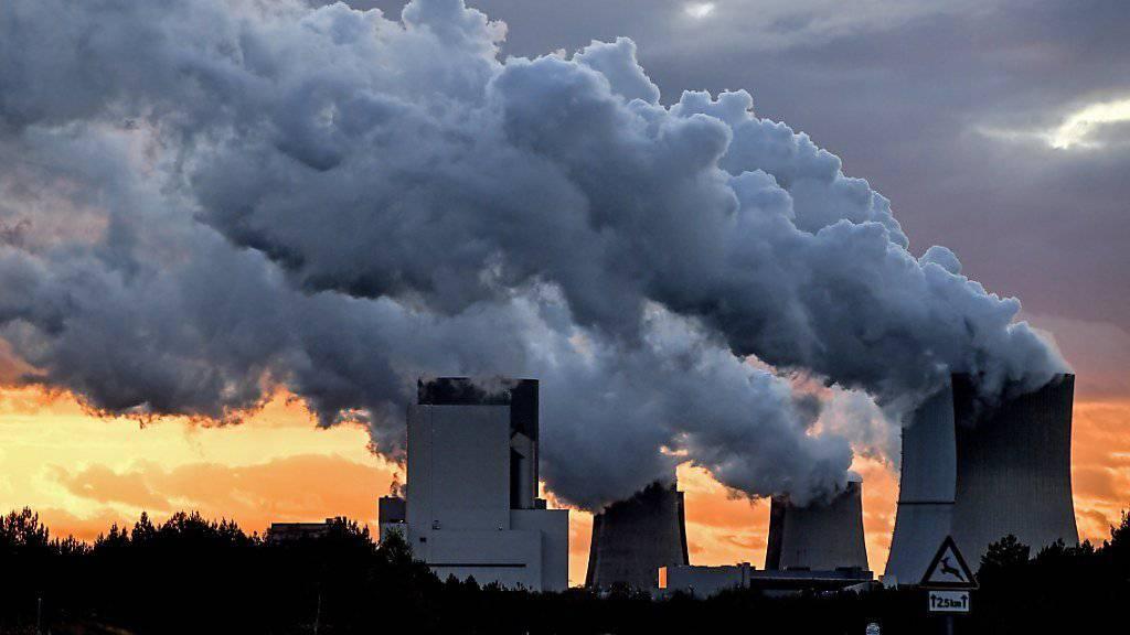 Die Bemühungen der einzelnen Länder zur Senkung von Treibhausgasen müssen noch massiv verstärkt werden, wie das jüngste Länderranking zeigt. Im Bild Kühltürme des deutschen Kohlekraftwerks Boxberg (Archiv)