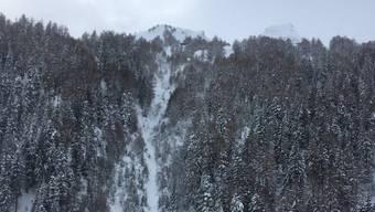Der Vermisste wurde von zwei Bergführern unter einer Schneedecke von mehr als einem 1.50 Metern leblos geborgen.
