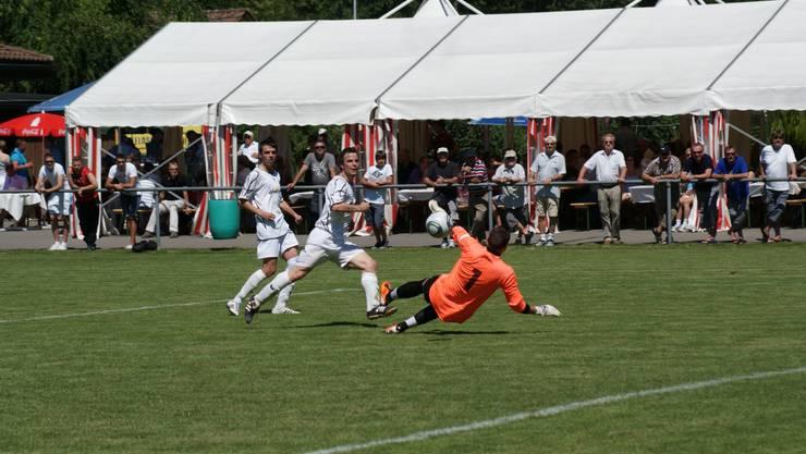 Mitte, hinten Marco Stara) überwindet FCD-Torwart Markus Würsten zum 3:0.