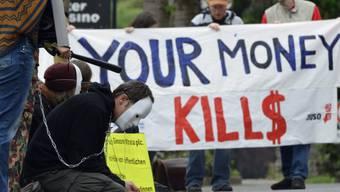 Demonstranten vor dem Casino Zug anlässlich der Generalversammlung von Glencore und Xstrata im Mai 2013.