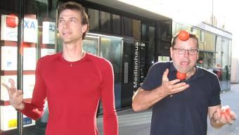 Das ist erst der Anfang: Marc Hangartner (links) und Eric Schenker jonglieren mit drei Bällen. kus