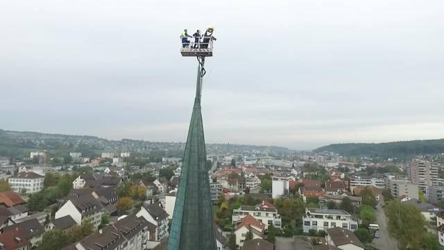 Drohnen-Video der Remontage der Turmkugel auf der Kirche St. Stephan in Therwil