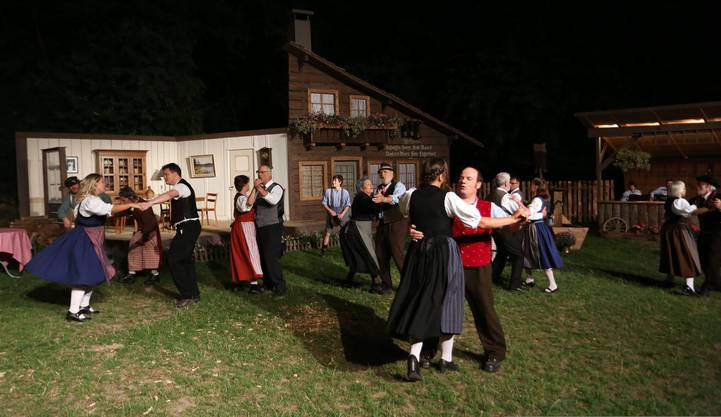 Auf der «Breiti» gibt es allem Ärger zum Trotz immer wieder einen Grund zum Tanzen und zum Festen.