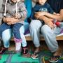 Eine Familie aus Eritrea posiert für ein Foto in einem Transitzentrum für Asylsuchende in Davos.