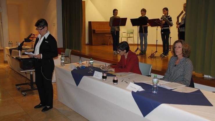 Der Auftritt der Kinder der Musikschule im Vordergrund von links die Co-Präsidentinnen Marianne Frei und Anne Bretscher-Wüthrich, sowie die scheidende Aktuarin Christine Schibler
