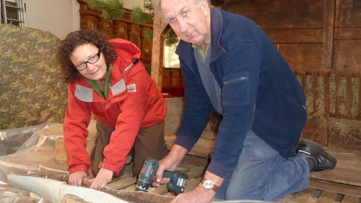 Die Krippe in der Kirche nimmt unter den Händen von Irene Zuber und Ferdinand Kofmel Form an.