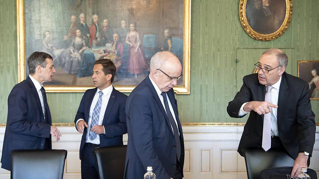 Der Bundesrat stärkt dem ehemaligen Verteidigungsminister und heutigen Wirtschaftsminister Guy Parmelin den Rücken. Nach der Spesenaffäre im VBS habe er gerade noch rechtzeitig gehandelt. (Themenbild)