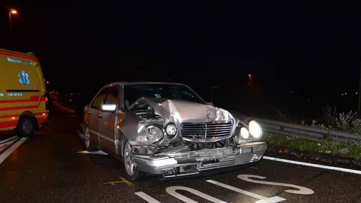 Während er unverletzt blieb, mussten die beiden Insassen im anderen Unfallauto ins Spital gebracht werden.