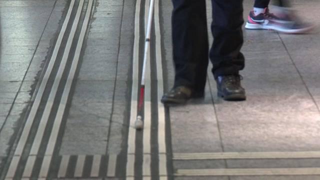 Blinde demonstrieren ihre Alltagsgefahren