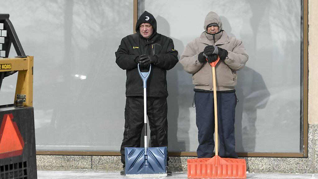 Pausemachen vom Schneeschaufeln in St. Paul, Minnesota.