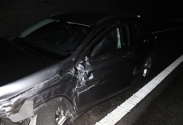 Eine Person wurde leicht verletzt. Die Autos erlitten Totalschaden.