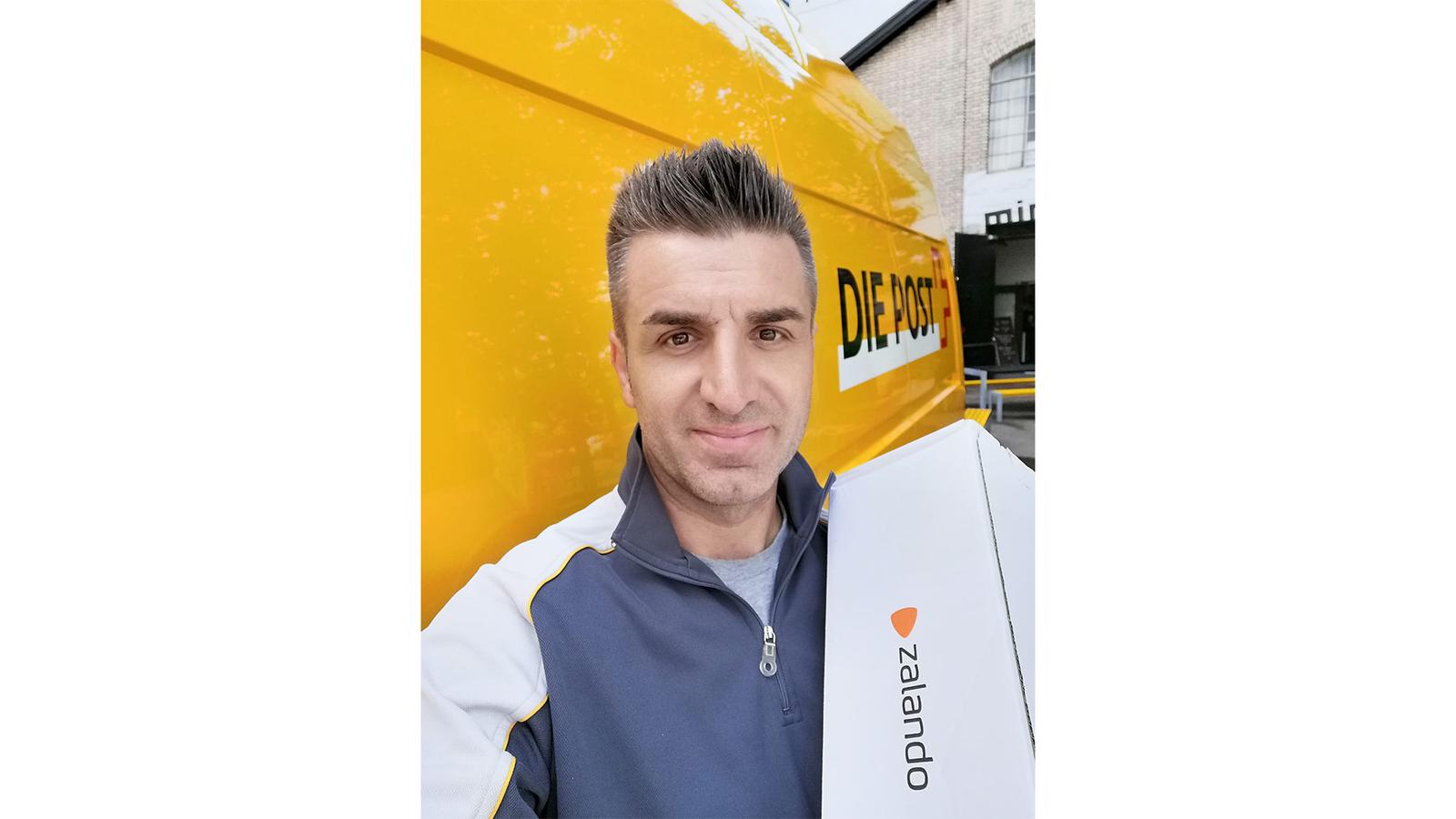 Goran arbeitet als Päcklizusteller bei der Post. (© Radio 24)