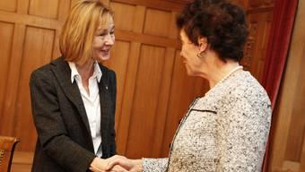 Susanne Schaffner wird von Frau Landammann Esther Gassler empfangen