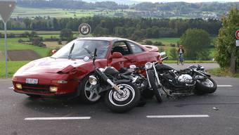 Der Motorradfahrer verletzte sich bei Zusammenstoss mit Auto (Symbolbild)