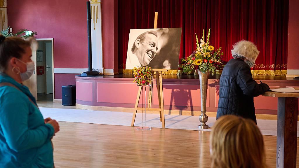 Fans tragen sich im Deutschen Haus in Beelitz in das Kondolenzbuch für den Volksschauspieler Herbert Köfer ein. Der Schauspieler starb am 24. Juli im Alter von 100 Jahren in Berlin. Köfer wird in Beelitz beigesetzt. Foto: Annette Riedl/dpa - ACHTUNG: Nur zur redaktionellen Verwendung im Zusammenhang mit der aktuellen Berichterstattung und nur im vollen Format