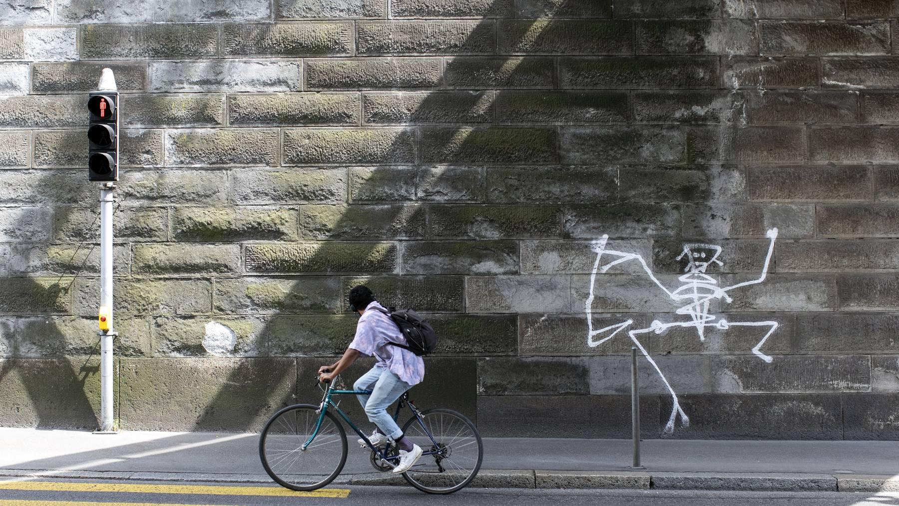 Darf bestehen bleiben: eine von sechs verbliebenen Sensenmann-Graffitis in Zürich, die höchstwahrscheinlich das Werk von Harald Naegeli sind.