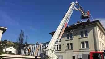 Ein Brand im Dachstock einer Manor-Filiale in Wattwil SG hat am Sonntagnachmittag zu einem Sachschaden von über 100'000 Franken geführt. Die Feuerwehr war mit einem Grossaufgebot vor Ort. Verletzt wurde niemand.