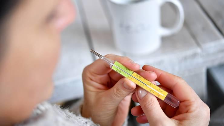 Die Zahl der Grippepatientinnen und -patienten in der Schweiz steigt weiter stark an. Die Epidemie nähert sich den Spitzenwerten der beiden Vorjahre. (Themenbild)