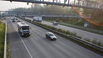 Der LKW-Fahrer war nur kurz abgelenkt – die Folgen waren fatal (Symbolbild)