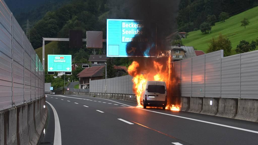 Auf der A2 stand ein Lieferwagen in Flammen