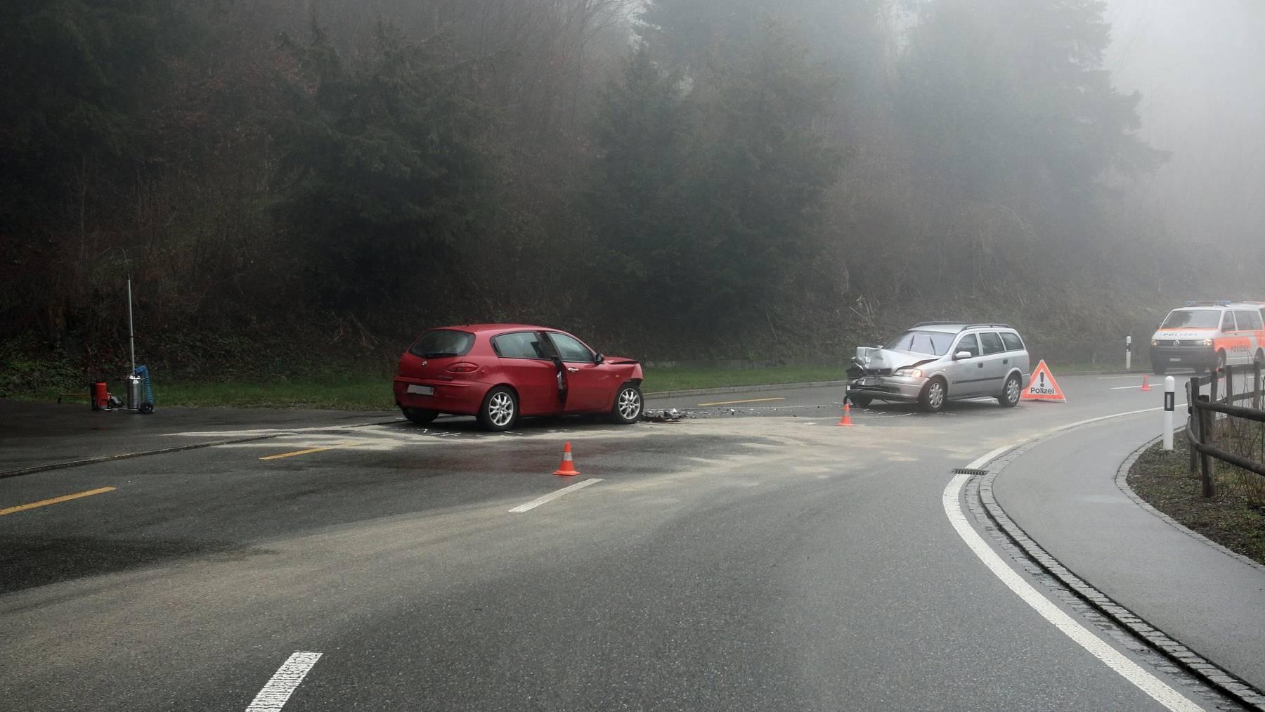 Die beiden Autos kollidierten frontal miteinander.