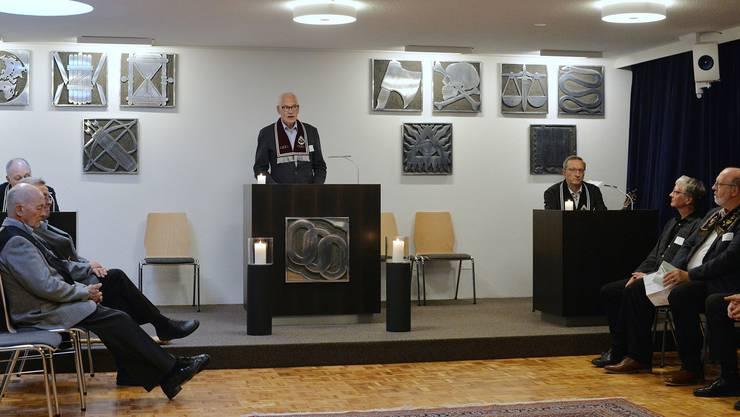 Obermeister Hans Lanz (Mitte) führt durch die rituelle Sitzung der Odd Fellows.