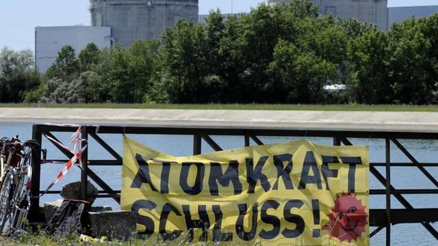 Ein Transparent fordert im Sommer 2011 zur Schliessung des AKW Fessenheims (im Hintergrund) auf (Archiv)
