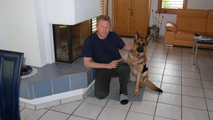 Zuhause in Eiken: Georges Collin mit seiner Schäferhündin Sina. Er trägt die Verantwortung für sie, dafür dankt sie mit grossem Vertrauen. (Bild: sh)