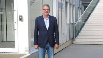 NAB-Regionenleiter Peter Bissig vor dem Provisorium auf dem Badener Bahnhofplatz