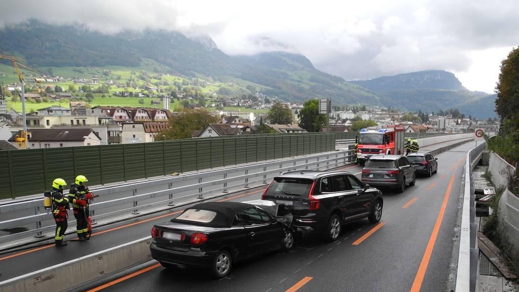 In Seewen kam es am Sonntagmittag auf der A4 zu einer Kollision mit vier Autos.