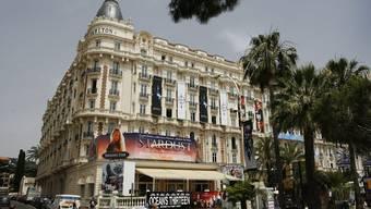 Im berühmten Hotel Carlton wurde der Schmuck gestohlen.
