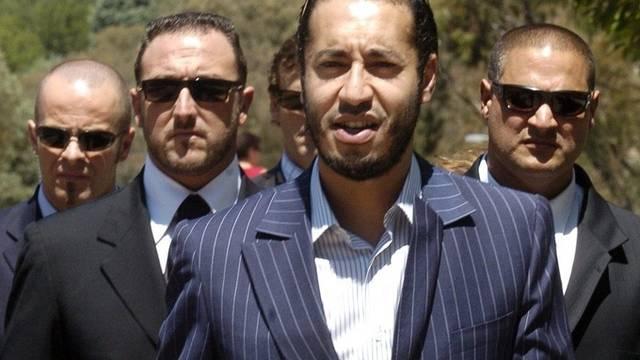 Ist nach Niger geflüchtet: Saadi Gaddafi (ohne Sonnenbrille, Archiv)