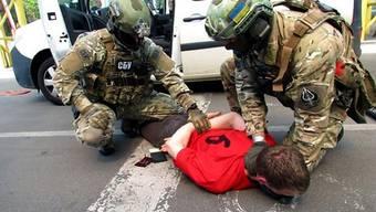 Polizisten nehmen einen mutmasslichen Terroristen fest, der 15 Anschläge an der EM 2016 plante.