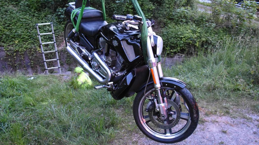 Ohne Helm und mit Badelatschen: Mann verunfallt mit Motorrad
