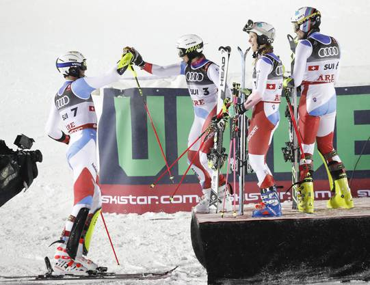 Der überragende Ramon Zenhäusern (links) lässt sich nach dem Final von Wendy Holdener und Co. gratulieren.