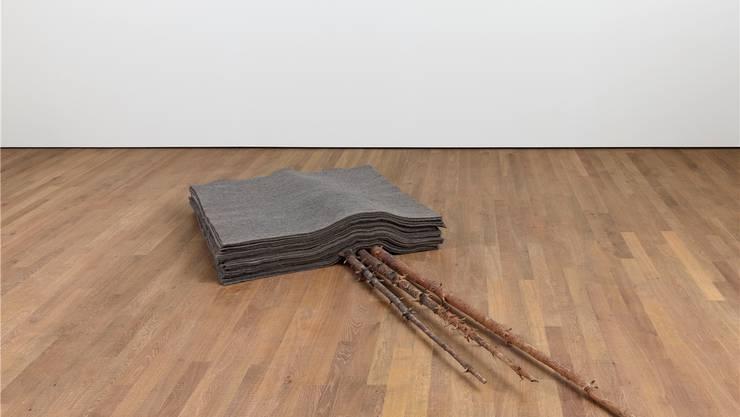Joseph Beuys' «Schneefall» (1965) besteht aus 32 Filzdecken über drei Tannenstämmchen.
