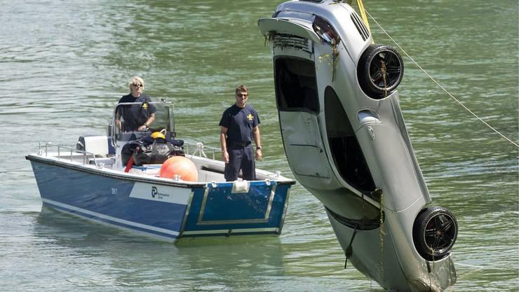Ein Auto rollt in den Rhein – Insassen können sich durch Seitenfenster retten (Symbolbild).