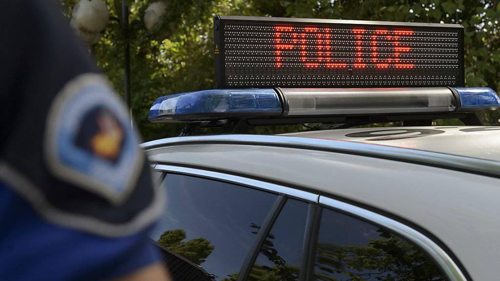 Mit 132 Kilometern pro Stunde war ein Genfer Polizist in der 50er-Zone unterwegs. Dafür kassiert er nun ein Jahr Gefängnis bedingt. (Symbolbild)