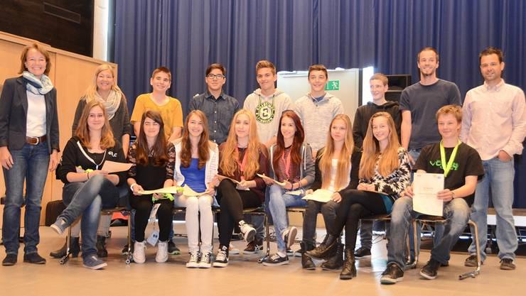Die frisch diplomierten Joner Streitschlichter mit Mitgliedern der Schulsozialarbeit und der Schulleitung.